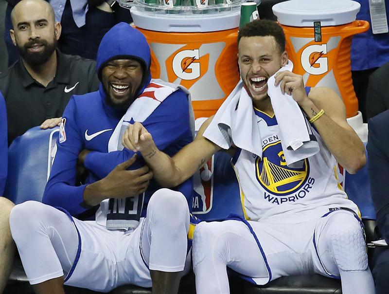 Curry y Durant le echan porras a Lonzo Ball