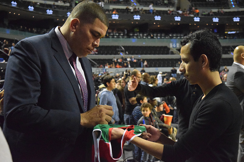 Horacio Llamas dando autografos en el NBA GLobal Games CDMX