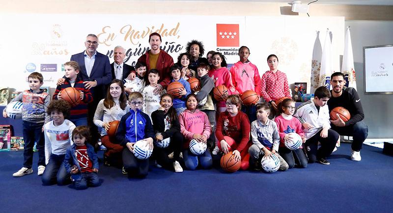Gustavo Ayón reparte juguetes con el Real Madrid