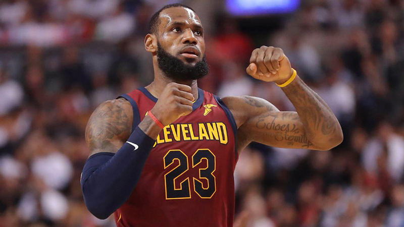 LeBron James humilla a los Raptors