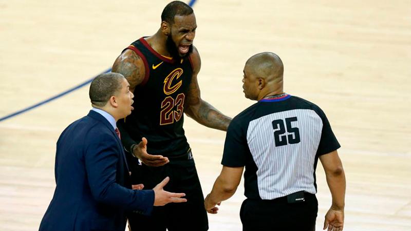 Los árbitros de la NBA al rescate de los aficionados