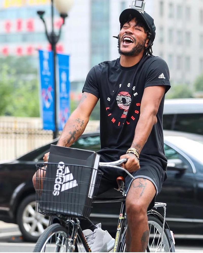 Derrick Rose sigue sacando sonrisas