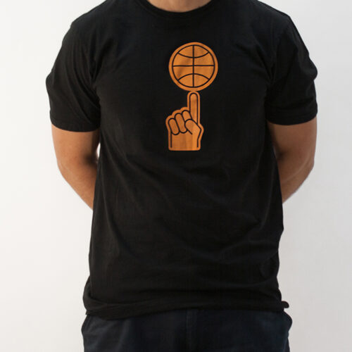 playera negra con diseño naranja de mano y balon abstractos, diseño por viva basquet