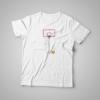 Playera para hombre color blanco con diseño único de las medidas de un tablero de basquetbol.