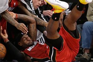 lebronig. lebron james se tira al piso, especial en viva basquet