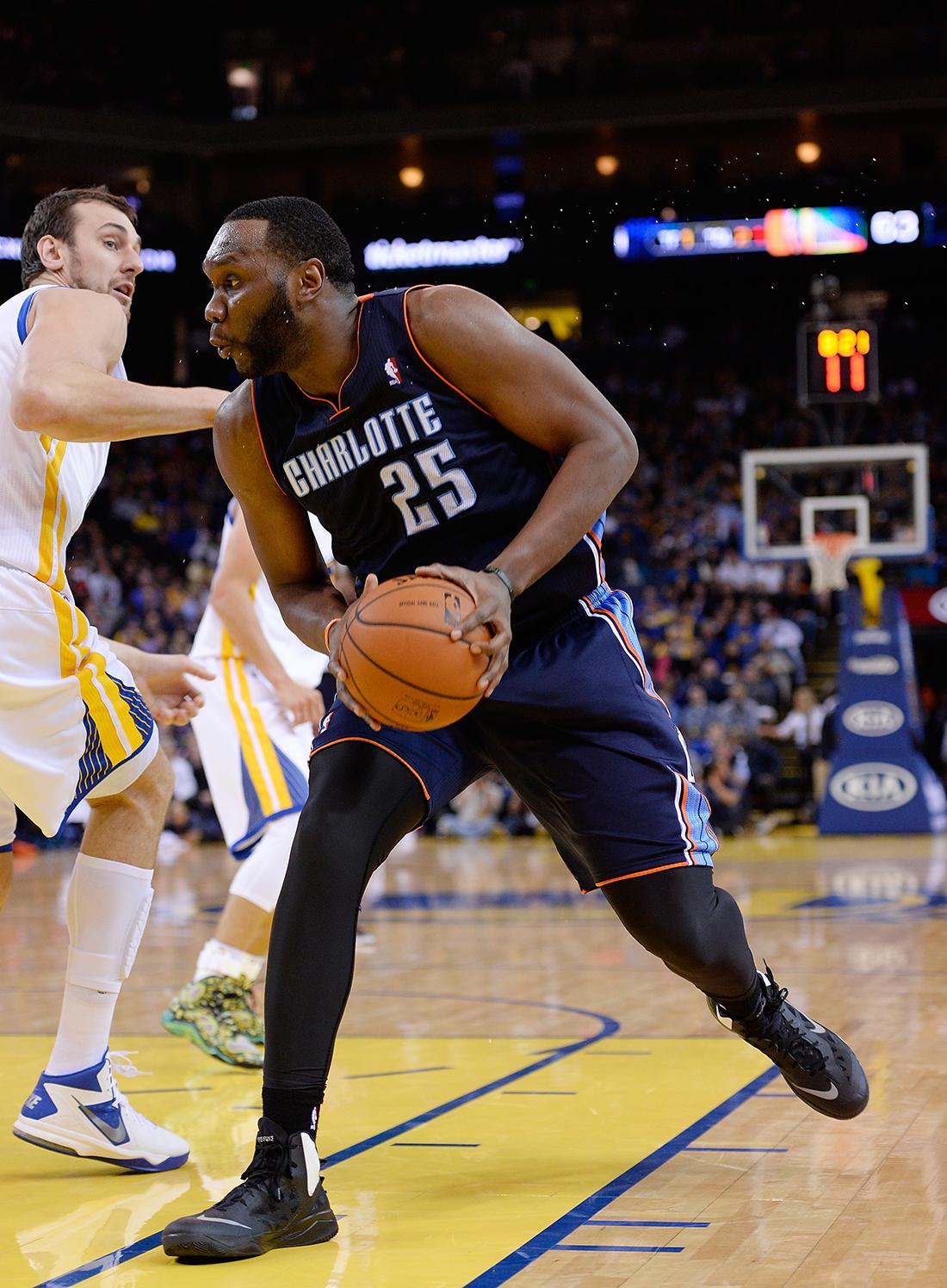 al jefferson de los Charlotte Bobcats v Golden State Warriors en viva basquet