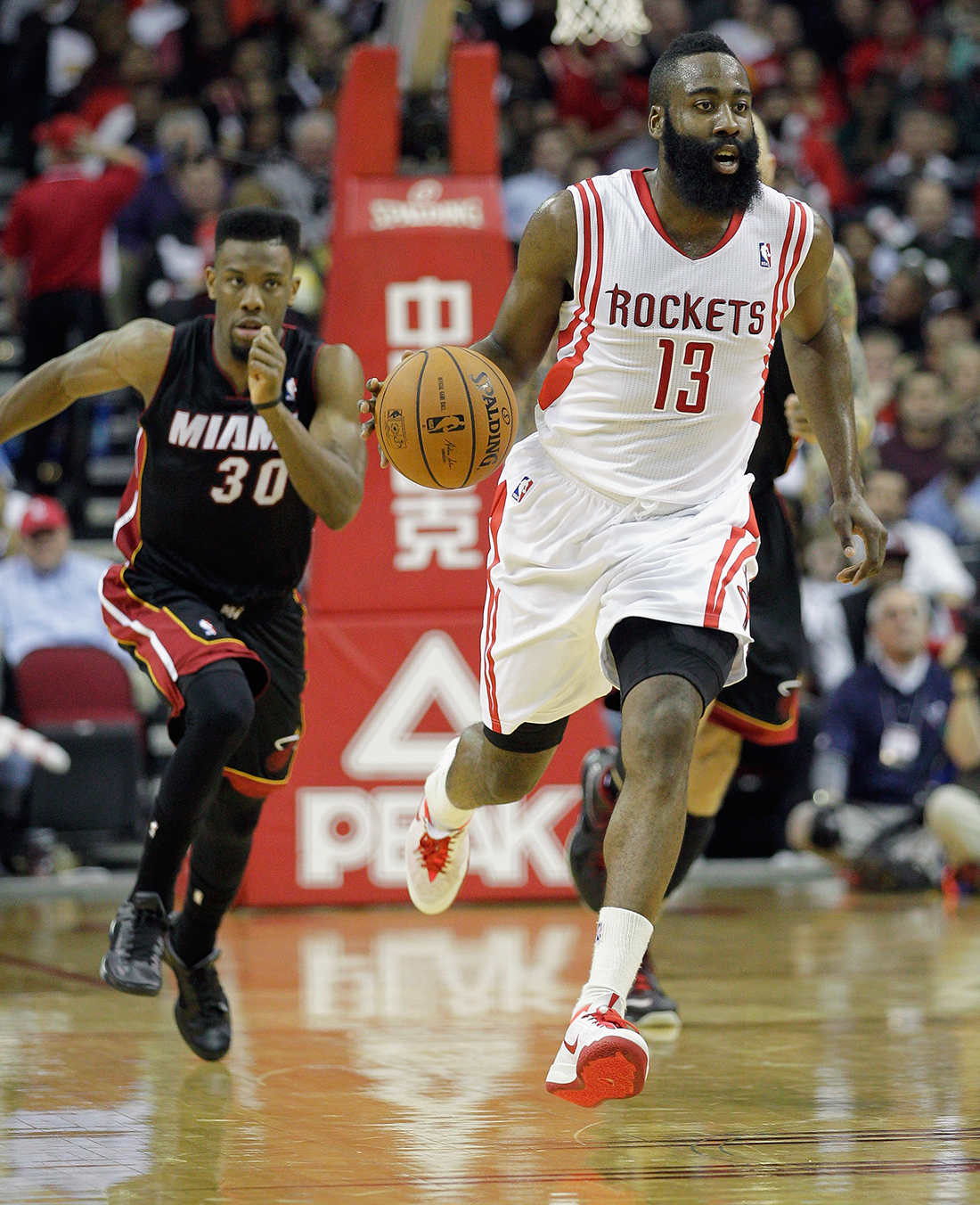 James Harden de Houston Rockets v Miami Heat en viva basquet