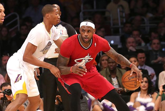 Miami Heat v Los Angeles Lakers con jerseys con mangas en via basquet