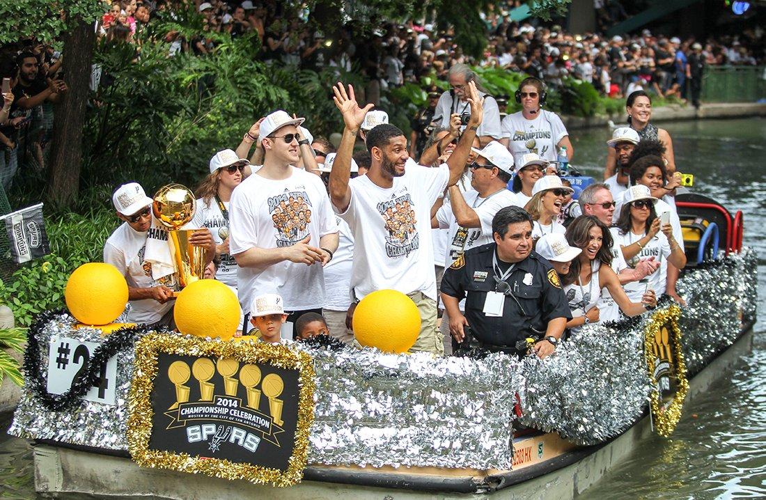 spurs campeones festejando en viva basquet