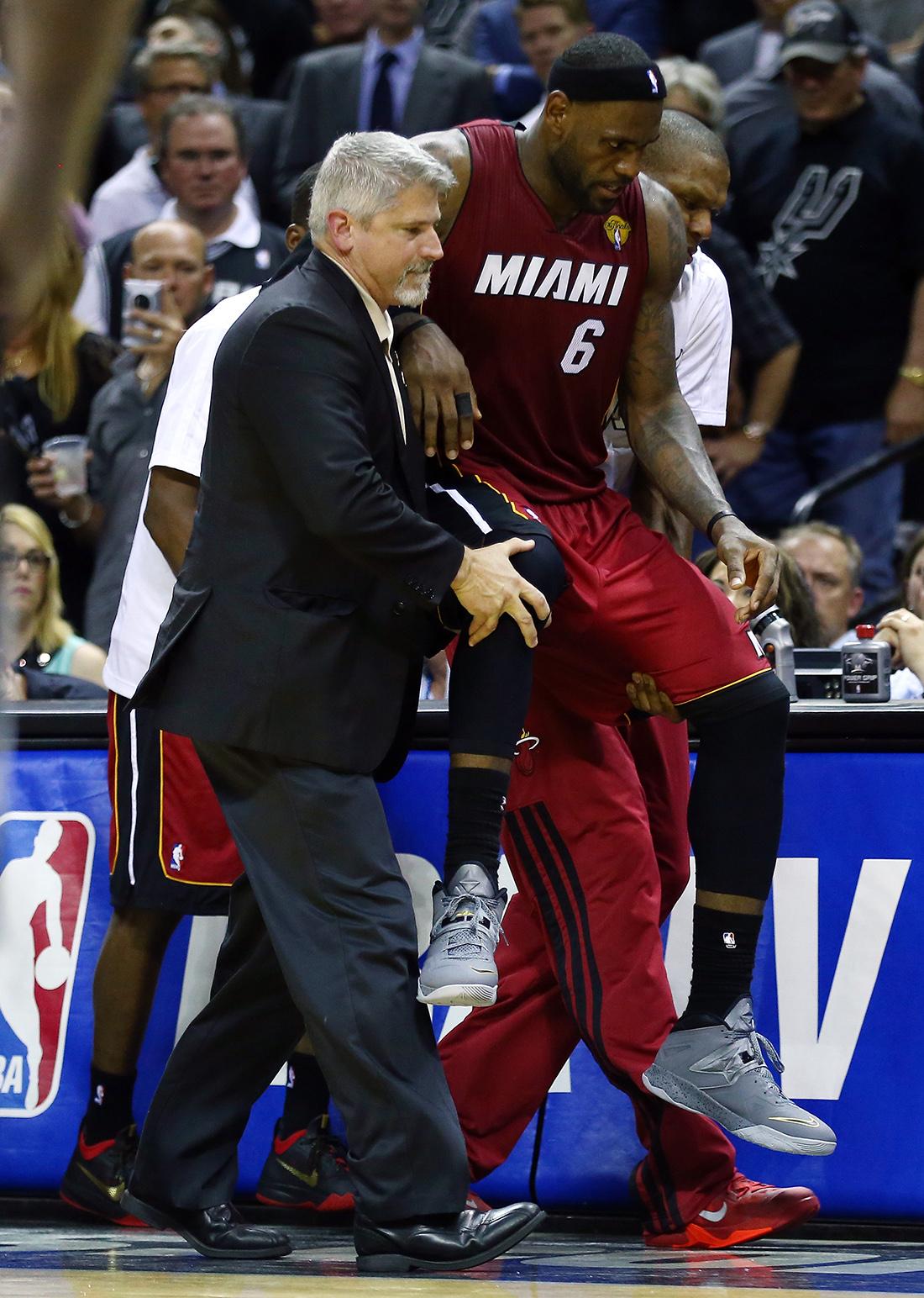 LeBron James con un calambre en la final en viva basquet