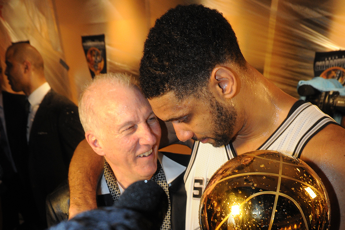 Tim Duncan y el coach Gregg Popovich juntos llegaron a 900 victorias