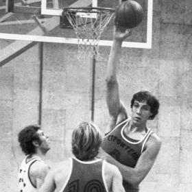 otro gigante del basquetbol