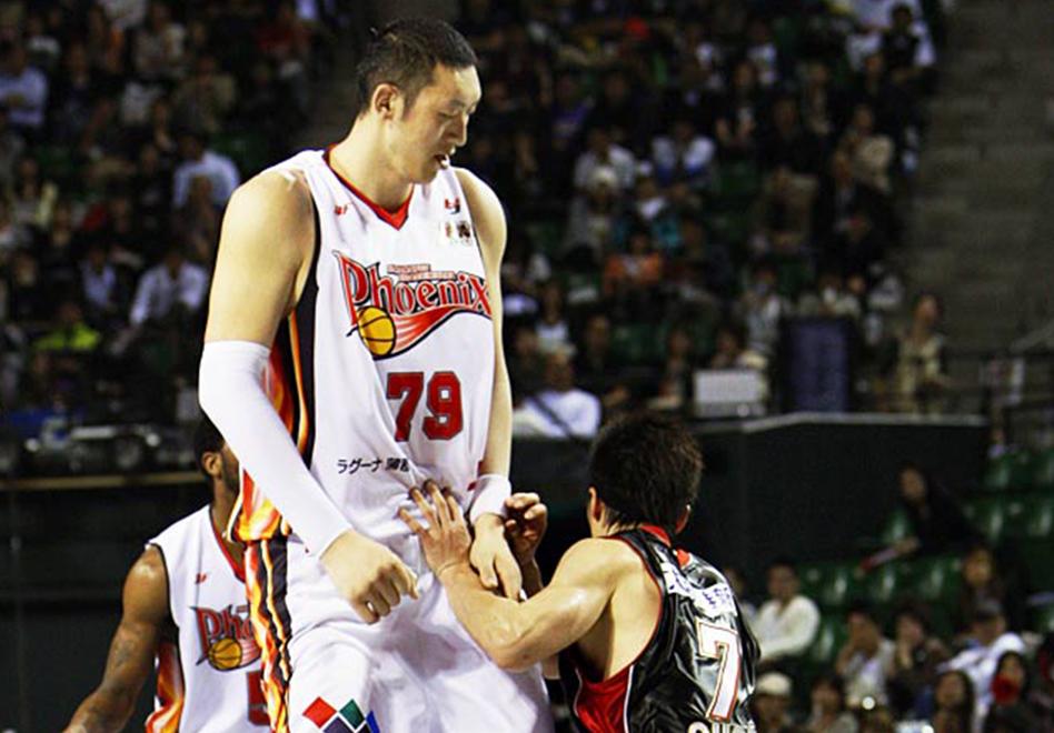 El jugador de básquet más alto del mundo.
