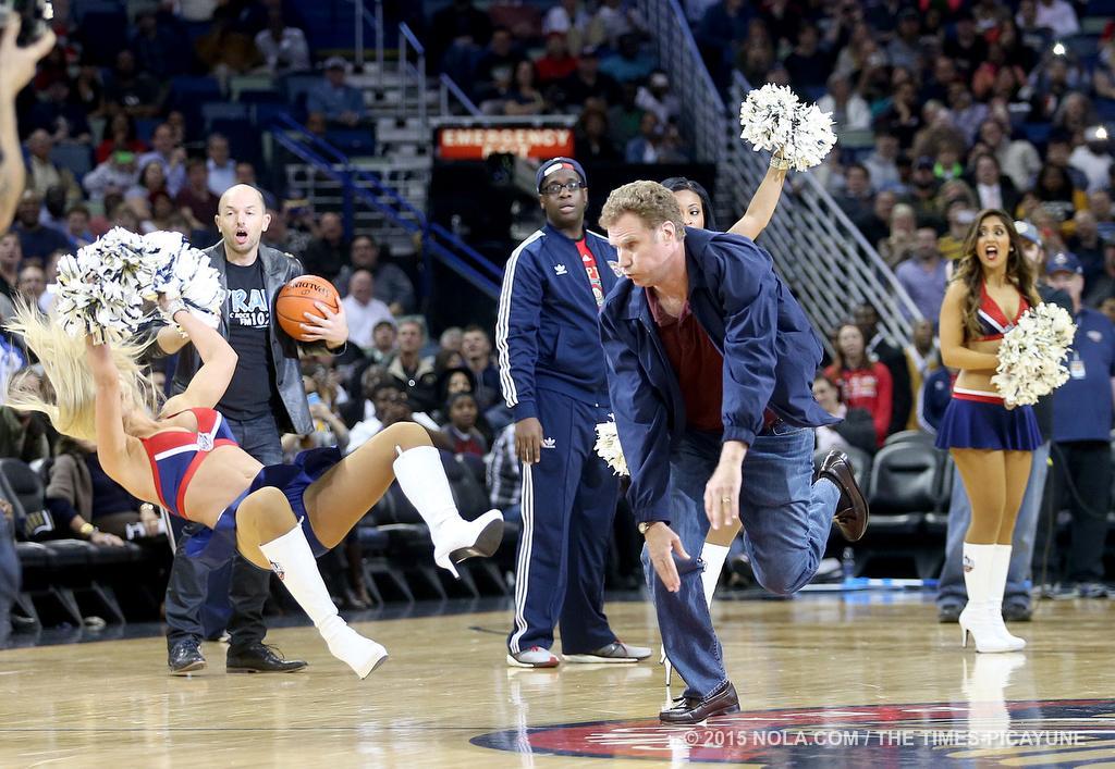 Will Farrel revienta balón en cara de porrista por viva basquet