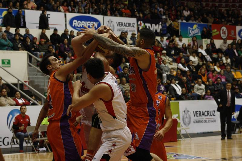 Juegazo en Veracruz y victoria para Pioneros por viva basquet