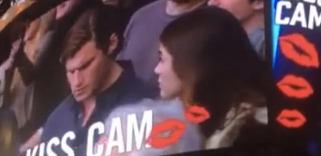 """El público enloquece cuando chica besa a otro en la """"kiss cam"""" por viva basquet"""