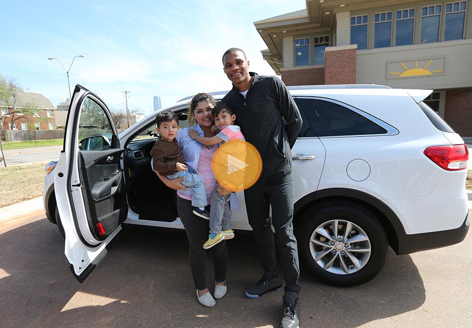 Russell Westbrook regala su camioneta a a Kerstin González una madre soltera de 19 años, por viva basquet