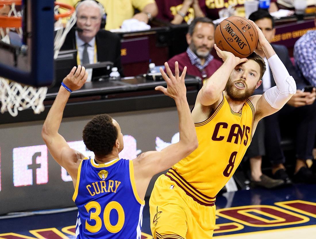 Dellavedova al rescate de los Cavs por viva basquet