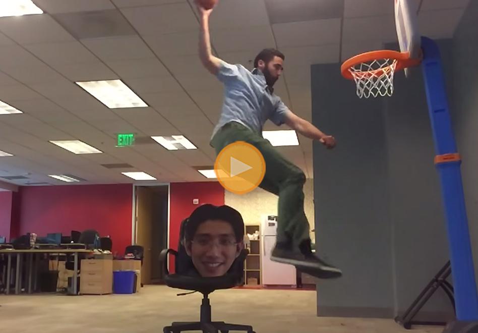 Clavando el balon de basquet en la oficina