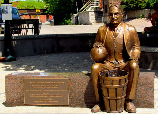 estatua de james naismith, el inventor del basquetbol