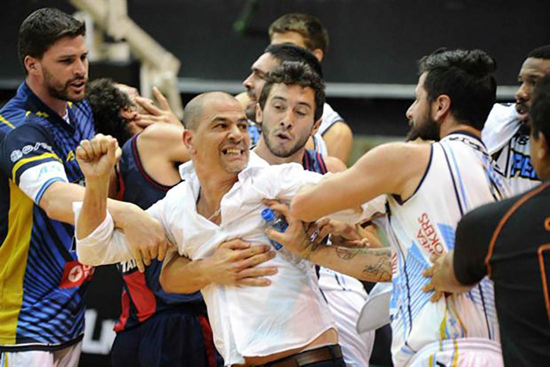 Se armó la pelea campal en las duelas argentinas.