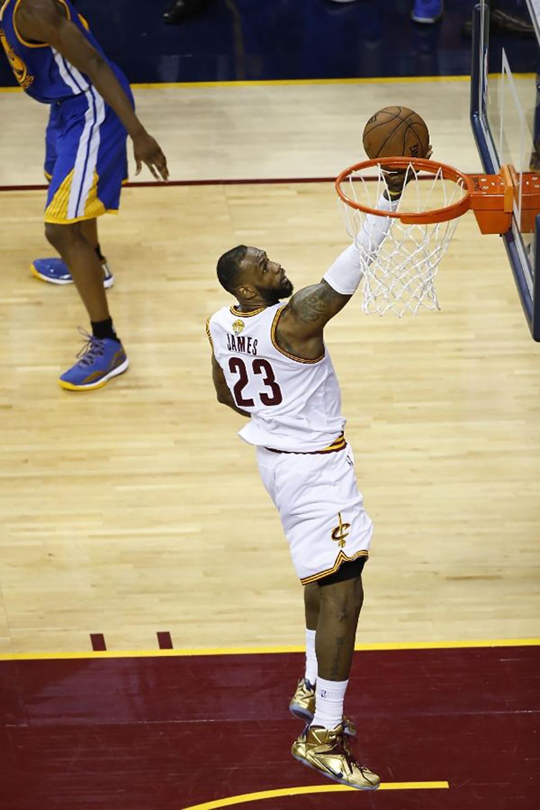 "LeBron James – Cleveland Cavaliers. Nike LeBron XII PE ""Gold"""
