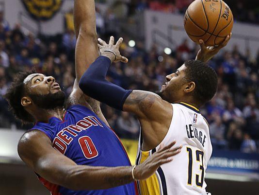 Marcus Morris de los Detroit Pistons y Paul George de los Pacers de Indiana se pelean y por consiguiente los multan