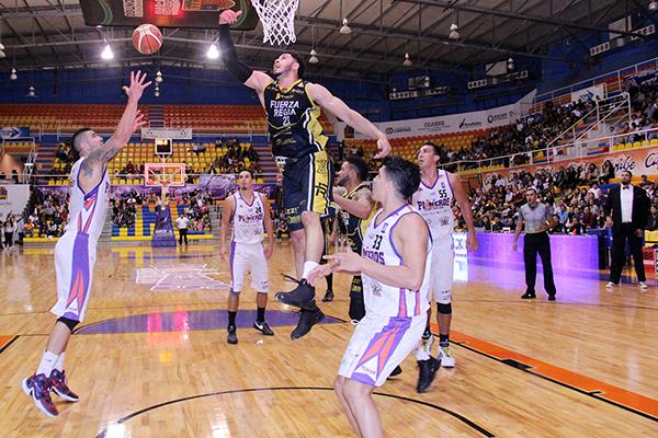 Pioneros sacaron la casta para vencer a Fuerza Regia foto uno del articulo de viva basquet