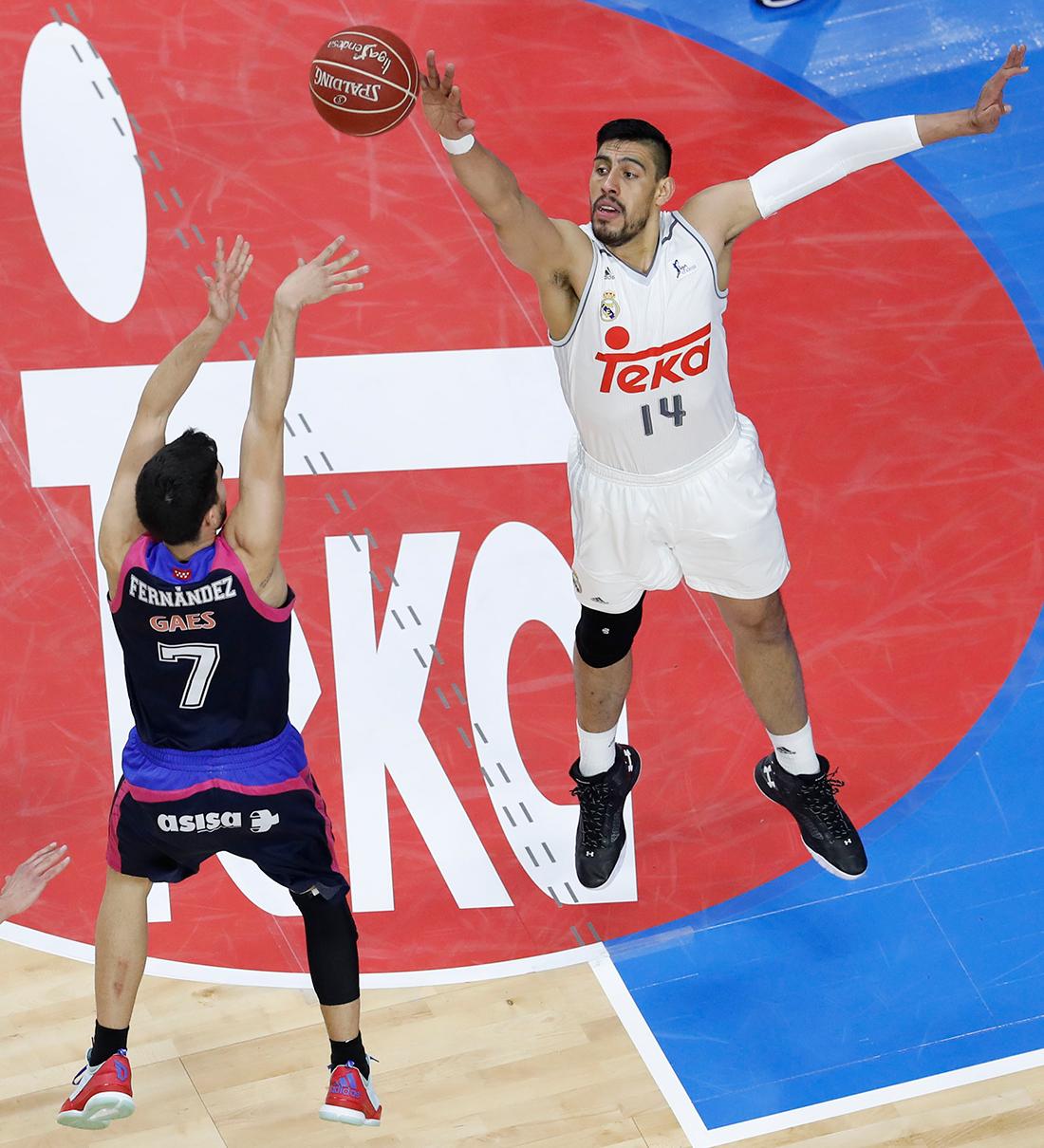 Gustavo Ayón le gana el duelo a Sergio Valdeolmillos por viva basquet