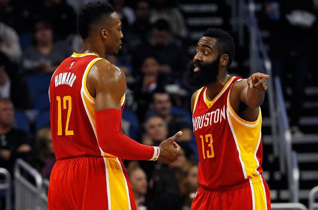 JAMES HARDEN regañando a dwigth howard