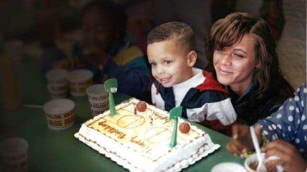 Stephen Curry de chiquito con su mama en su cumpleaños