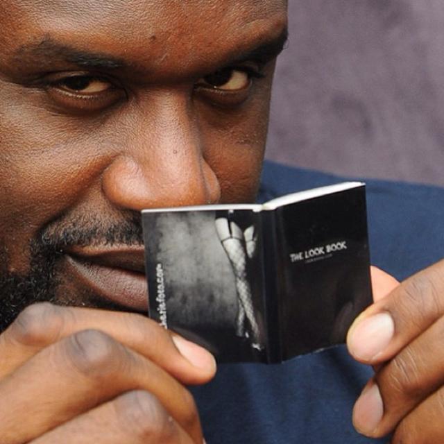 el shaq con una mini libro
