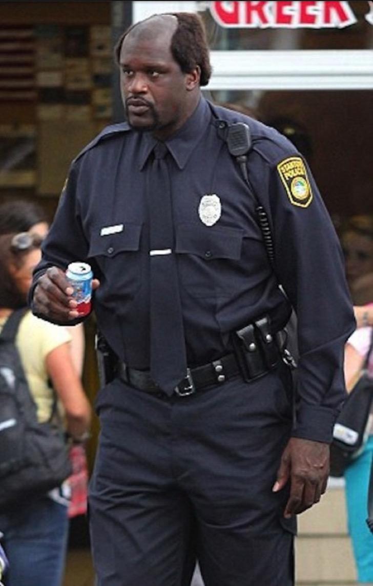 el shaq de policia con un mini refresco