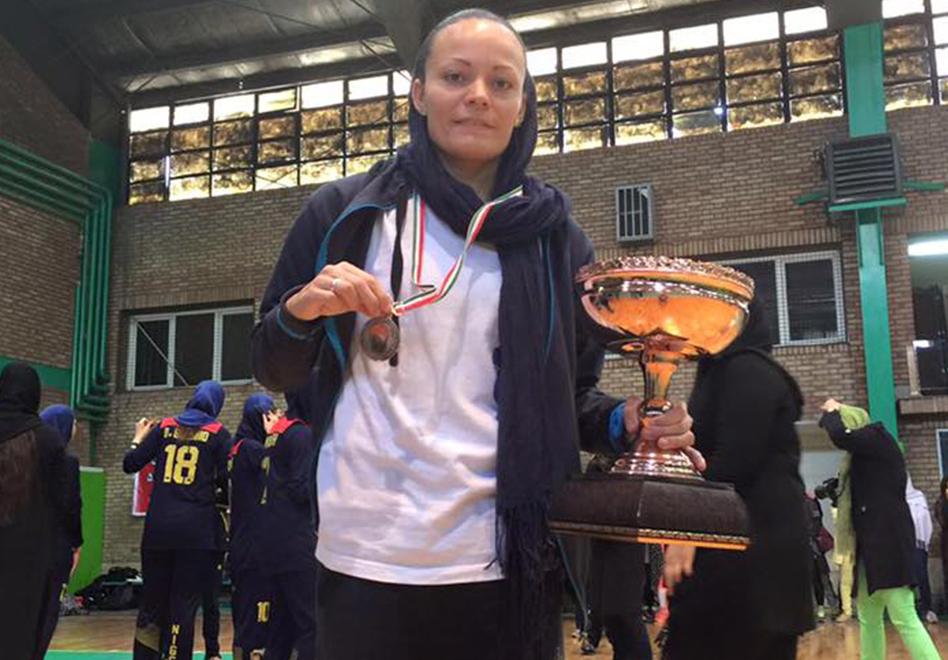 thumbnail. BRISA silva con varias medallas y un trofeo
