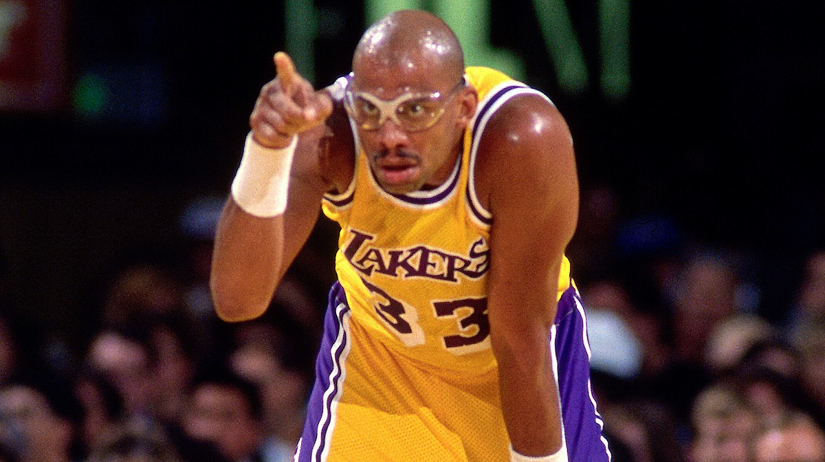 kareem abdul jabbar pointing