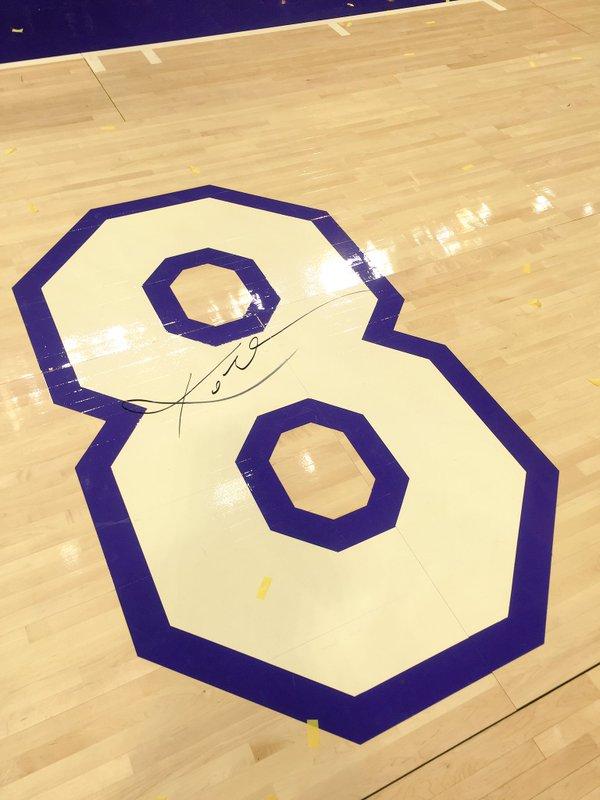 subastan duela del Staples Center con el numero 8 y la firma de kobe