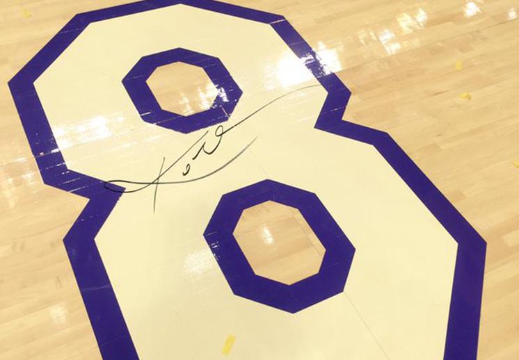 thumbnail. subastan duela del Staples Center con el numero 8 y la firma de kobe