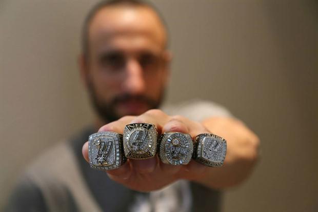manu ginobili con 4 anillos de campeon en la NBA
