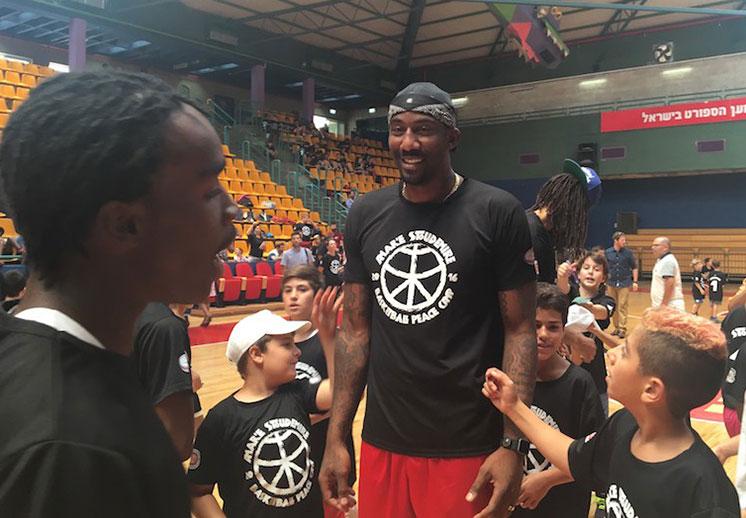 Amaré Stoudemire arma una fiesta en Israel por viva basquet