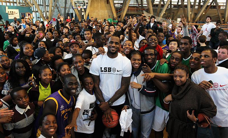 LeBron invitó a 5000 personas a un parque de diversiones
