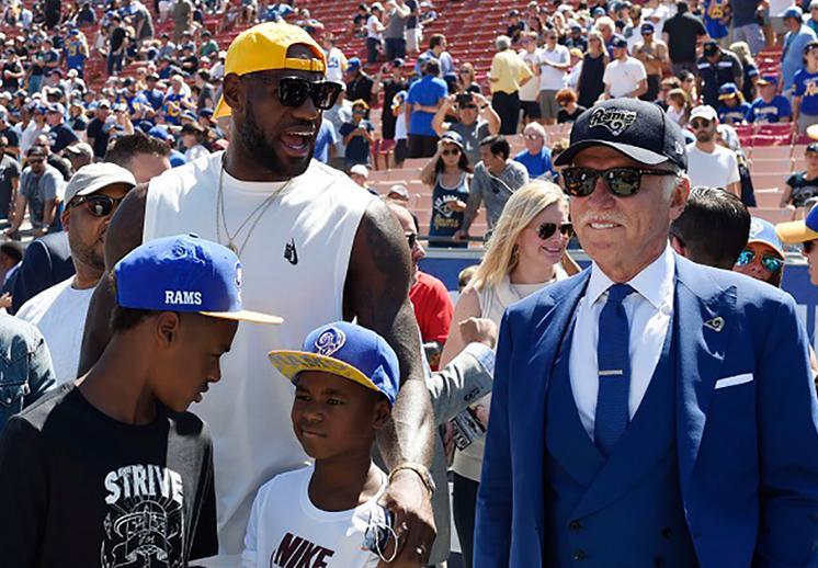 LeBron James y John Wall de visita en la NFL