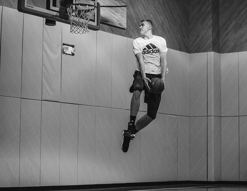 Kristaps Porzingis firma con Adidas foto 3