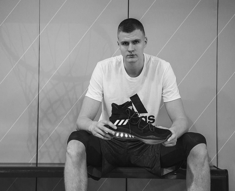Kristaps Porzingis firma con Adidas foto 6