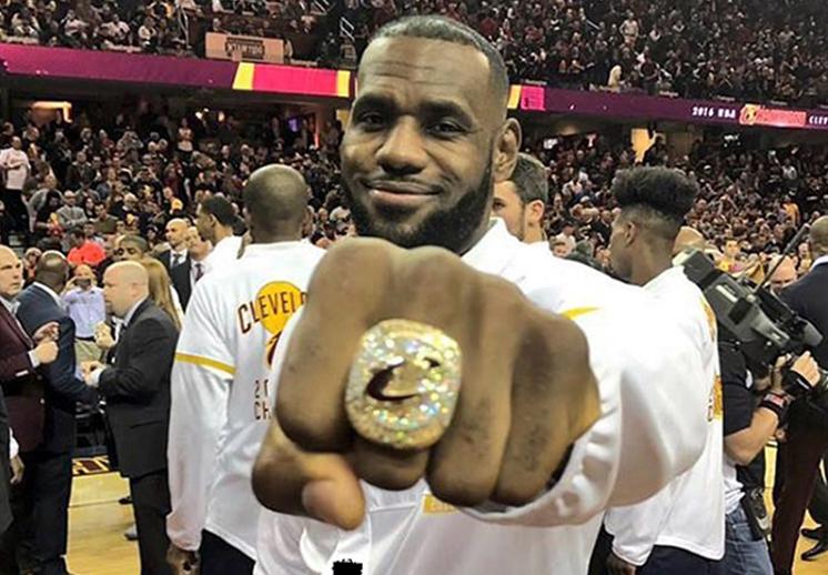 LeBron James presumiendo su anillo de campeonato foto 1