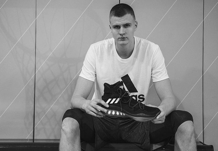 Kristaps Porzingis firma con Adidas