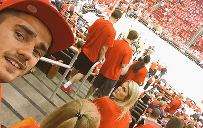 Antoine Griezmann fanático de la NBA en juego de los rockets