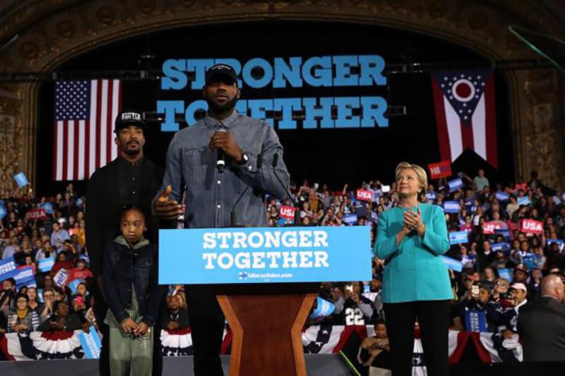 LeBron James acompañó a Hillary Clinton