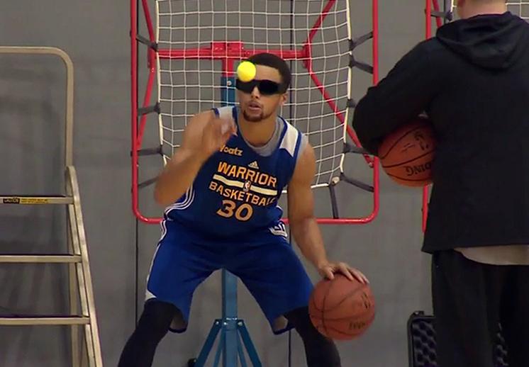 Stephen Curry ha utilizado esta clase de lentes para entrenar y ganar habilidad para mover el balón.