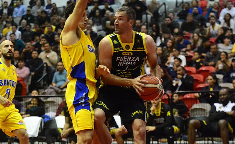 Fuerza Regia evitó sorpresas y ahora si de manera contundente venció a los Santos de San Luis con marcador de 94-73 en un partido de basquet en los playoffs de la LNBP foto 2