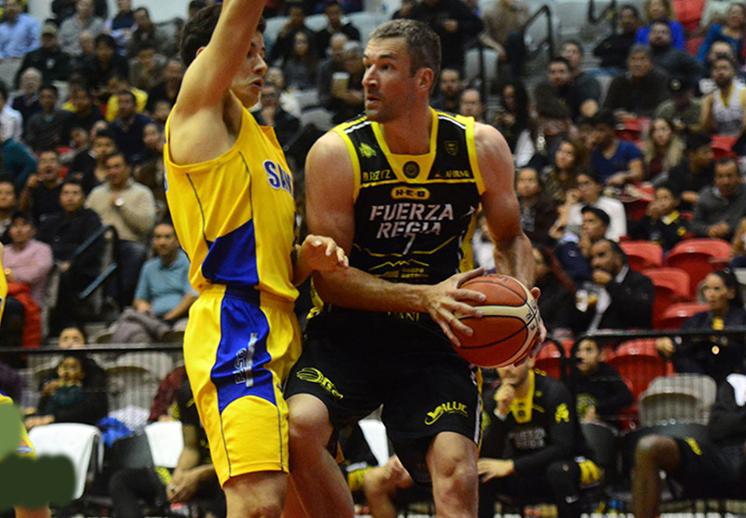 Fuerza Regia evitó sorpresas y ahora si de manera contundente venció a los Santos de San Luis con marcador de 94-73 en un partido de basquet en los playoffs de la LNBP